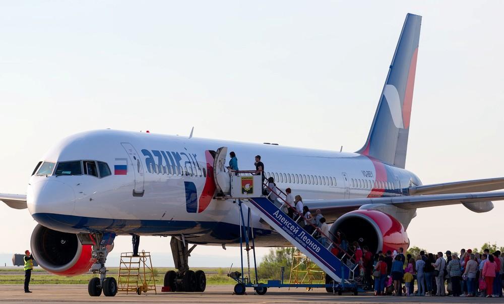 погрузка пассажиров в самолет АЗУР эйр